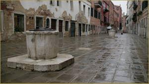 La Ruga do Pozzi et ses deux puits datant du XVIIIe siècle, dans le Sestier du Cannaregio à Venise.
