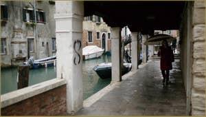 Le Sotoportego de la Guerra, le long du rio de Priuli o de Santa Sofia, dans le Sestier du Cannaregio à Venise.
