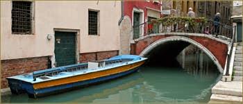Le pont de la Chiesa sur le rio San Cassan, frontière entre les sestieri de Santa Croce, à gauche et de San Polo à Venise.