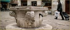 Le puits du Campo Santa Maria Mater Domini, datant de la première moitié du XVe siècle, dans le Sestier de Santa Croce à Venise.