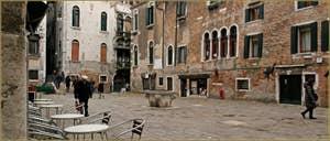 Le Campo Santa Maria Mater Domini et son puits, dans le Sestier de Santa Croce à Venise.