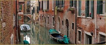 Le rio de San Boldo, frontière entre les sestieri de San Polo, à gauche, et de Santa Croce à Venise. Au fond le pont del Mondena.