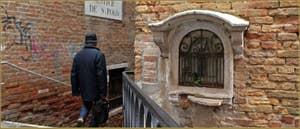 Niche votive en pierre d'Istrie dédiée à saint Antoine, au-dessus du pont del Forner detto de Sant'Antonio, dans le Sestier de San Polo à Venise.