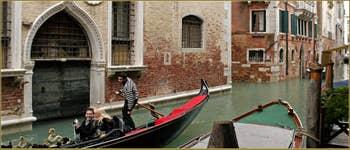 Gondole sur le rio de San Polo Amalteo, devant le palazzo Bernardo, dans le Sestier de San Polo à Venise.