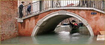 L'eau était bien haute ce matin : gondole sous le pont de Ca' Bernardo, ça passe ou ça casse ! Dans le Sestier de San Polo à Venise.
