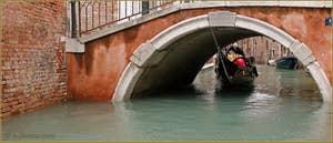 Le fer de proue de cette gondole a raclé le dessous du pont sur toute sa longeur, le gondolier avait beau faire pencher sa gondole, la voute était encore trop basse ! Sous le pont de Ca' Bernardo, dans le Sestier de San Polo à Venise.