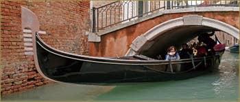 Presque passé ! Gondole sour le pont de Ca' Bernardo, dans le Sestier de San Polo à Venise.