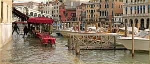 Petite Acqua Alta sur la Riva del Vin, les pilotes des bateaux-taxis, n'ayant pas de bottes, se sont fait une passerelle en chaises ! Dans le Sestier de San Polo à Venise.