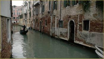 Gondole sur le rio de Santa Marina, frontière entre les sestieri du Castello à gauche, et du Cannaregio à Venise.