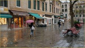 Parapluies sur le Campo Santa Maria Nova, dans le Sestier du Cannaregio à Venise.