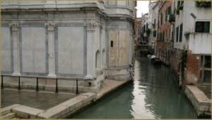 L'église, le rio et, au fond, le pont dei Miracoli, dans le Sestier du Cannaregio à Venise.