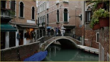Parapluies sur le pont del Piovan o del Volto, sur le rio de Ca' Widmann, dans le Sestier du Cannaregio à Venise.