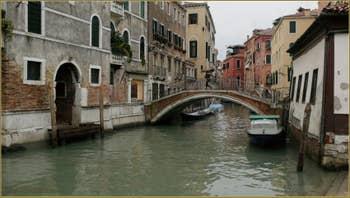 La Fondamenta dei Preti et le pont del Mondo Novo, au fond, l'église de Santa Maria Formosa, dans le Sestier du Castello à Venise.