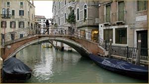Le rio et le pont del Mondo Novo, dans le Sestier du Castello à Venise.