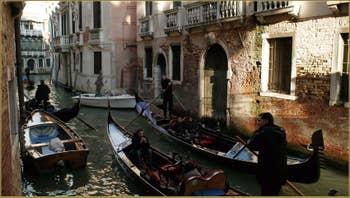 Gondoles sur le rio del Pestrin Paradiso, dans le Sestier du Castello à Venise.