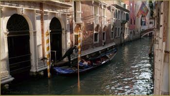 Gondole sur le rio del Pestrin Paradiso derrière le Palazzo Ruzzini, dans le Sestier du Castello à Venise.