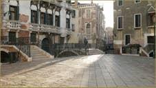 Contre-jour sur le Campiello Querini Stampalia, dans le Sestier du Castello à Venise.