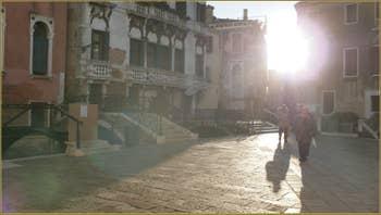Gondole en contre-jour sur le rio del mondo novo, dans le Sestier du Castello à Venise.