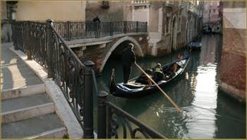 Sur le pont Querini, dans le Sestier du Castello à Venise.