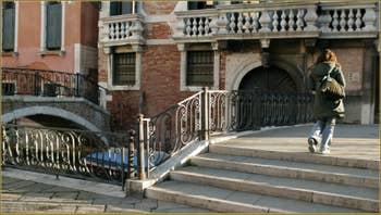 Le puits de la Piazzetta dei Leoni, datant de 1722. Une œuvre d'Andrea Tirali, en marbre rose de Vérone et pierre d'Istrie. Dans le Sestier de Saint-Marc à Venise.