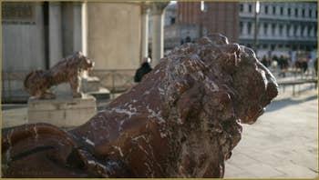 Détail de l'un des deux lions en marbre rouge de Vérone de la Piazzetta dei Leoni, sculptés en 1722 par Giovanni Bonazza (1654-1736). Dans le Sestier de Saint-Marc à Venise.