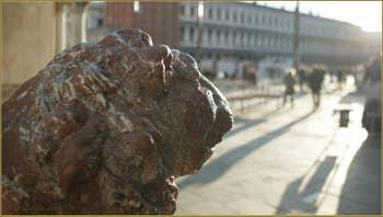 Détail de l'un des lions des porte-oriflammes en bronze de la place Saint-Marc à Venise, une œuvre d'Alessandro Leopardi réalisée en 1505.