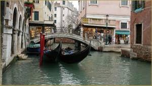 Gondoles devant le pont dei Santi Apostoli, dans le Sestier du Cannaregio à Venise.