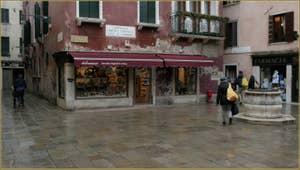 Le Campiello Bruno Crovato et son puits, dans le Sestier du Cannaregio à Venise.