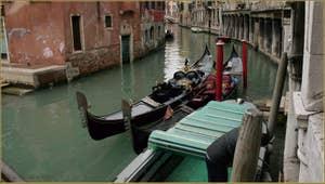 Les gondoles de Gianfranco et d'Igor Vignotto, devant le pont dei Santi Apostoli, dans le Sestier du Cannaregio à Venise.