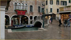 Le pont dei Santi Apostoli et le Sotoportego Falier, dans le Sestier du Cannaregio à Venise.