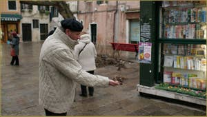 L'hiver approche et ces petits moineaux voletaient et mangeaient avec bonheur dans la main de ce Vénitien sur le Campo dei Santi Apostoli, dans le Sestier du Cannaregio à Venise.