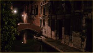 Le pont privé Pasqualigo, sur le rio de Ca' Widmann, dans le Sestier du Cannaregio à Venise.