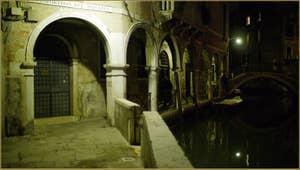 Le Sotoportego del Magazen le long du rio de Ca' Widmann, au fond, le pont del Piovan o del Volto, dans le Sestier du Cannaregio à Venise.
