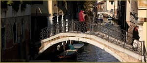 Le pont del Savio, sur le rio de San Zan Degola, dans le Sestier de Santa Croce à Venise.