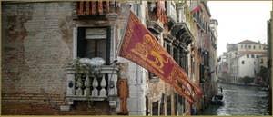 Le drapeau vénitien de Saint-Marc sur le Palazzo Pisani, Fondamenta de le Erbe, dans le Sestier du Cannaregio à Venise.
