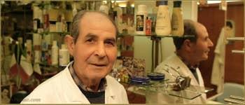 Giovanni Pitzalis, Coiffeur mais aussi dernier barbier en activité à Venise, Calle al Ponte Sant'Antonio, dans le Sestier du Castello à Venise.