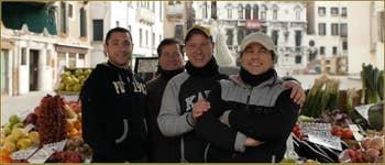 Angelo, Alberto, Thomas et Salvatore, Marchands de fruits sur le Campo Santa Maria Fomosa, dans le Sestier du Castello à Venise