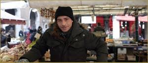 Eddy, le frère de Marika, marchand de fruits et légumes au marché du Rialto.