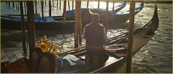 Gondoles sur le Grand Canal, au Traghetto de Santa Sofia, dans le Sestier du Cannaregio à Venise.