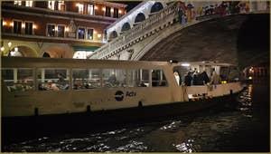Vaporetto sous le pont du Rialto sur le Grand Canal à Venise.