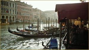 Gondoles sur le Grand Canal à Venise.