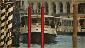 Vaporetto sur le Grand Canal à Venise.