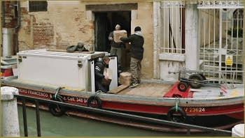 Livraison sur le rio de San Felice, dans le Sestier du Cannaregio à Venise.