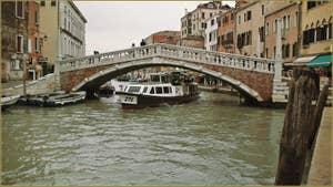 Vaporetto sous le pont de le Guglie, dans le Sestier du Cannaregio à Venise.