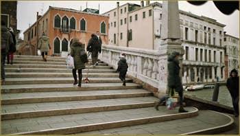 Le pont de le Guglie, dans le Sestier du Cannaregio à Venise.