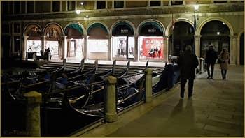 Gondoles sur le Bacino de l'Orseolo, dans le Sestier de Saint-Marc à Venise.