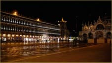 Les Procuratie Vechie sur la Place Saint-Marc, au fond, la Basilique dans le Sestier de Saint-Marc à Venise.