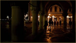 Sous les arcades du Palais des Doges à Venise.