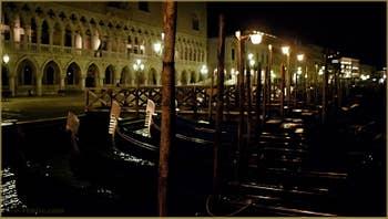 Gondoles au Molo San Marco, face au palais des Doges, dans le Sestier de Saint-Marc à Venise.