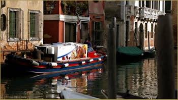 Les beaux reflets du rio del Malcanton, entre Santa Croce et le Dorsoduro à Venise.